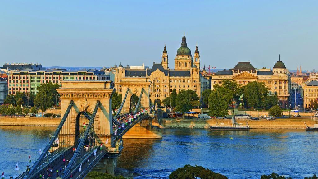 DiningHour - Budapest bridge